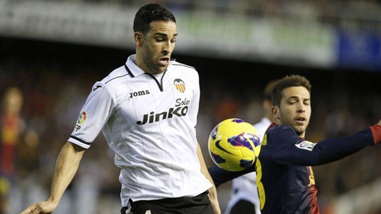 Adil Rami (Valence) face à Jordi Alba (Barcelone) (JOSE JORDAN / AFP)