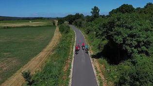 Deux couples de randonneurs parcours la France à vélo et affichent déjà 800 kilomètres au compteur. (CAPTURE D'ÉCRAN FRANCE 3)
