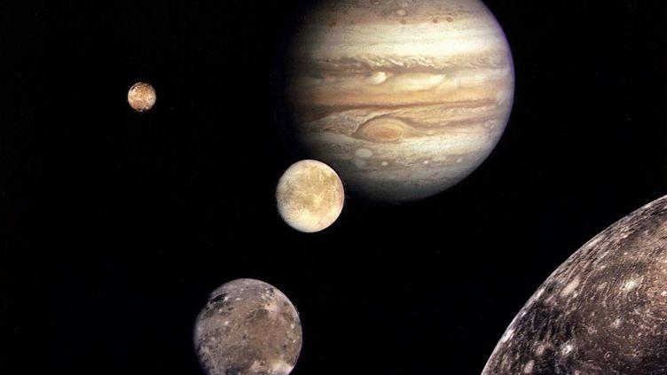 Jupiter (la plus en haut de l'image) et ses lunes, photographiées par la sonde Voyager 1 en 1979. (NASA / AFP)