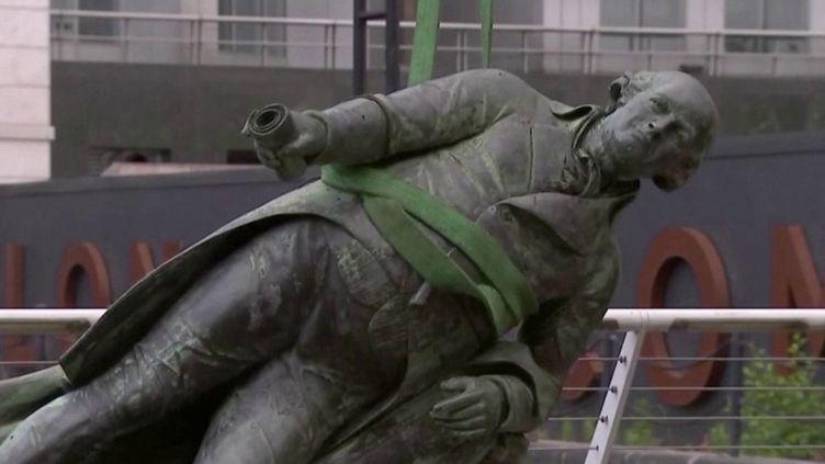 Royaume-Uni : des manifestants déboulonnent des statues d'anciens esclavagistes (FRANCE 3)