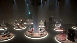 La chaise médaillon de Dior revisitée par des designers, au Salon du meuble de Milan (4 septembre 2021). (MARCO BERTORELLO / AFP)