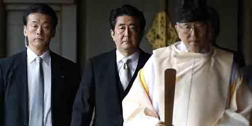 Le Premier ministre japonais, Shinzo Abbe (au centre), visite le sanctuaire de Yasukuni à Tokyo en compagnie d'un prêtre shinto,le 26 décembre 2013. (Reuters - Toru Hana)