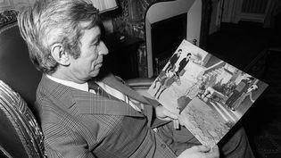 """L'auteur de bande dessinée Georges Remi, dit """"Hergé"""", créateur du personnage de Tintin, lit les dernières aventures de son héros, """"Tintin et le lac aux requins"""", le 07 décembre 1972. (STF / AFP)"""