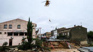 Un hélicoptère de la Sécurité civile évacue des sinistrés, le 15 octobre 2018, à Villegailhenc (Aude), après des inondations dévastatrices. (ERIC CABANIS / AFP)