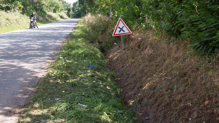Le fossé dans lequel a été retrouvé le véhicule qui transportait 14 mineurs, le 2 août 2015, à Rohan (Morbihan). Quatre jeunes sont morts dans l'accident. (MAXPPP)