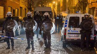 Des policiers belges positionnés à Molenbeek (Belgique), le 18 mars 2016.). (GEERT VANDEN WIJNGAERT / AP / SIPA)