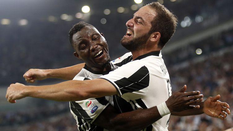 Gonzalo Higuain félicité par Kwadwo Asamoah (MARCO BERTORELLO / AFP)