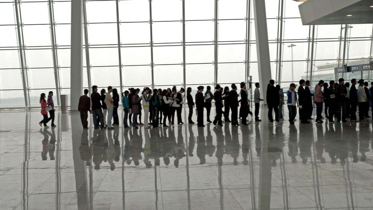 Des passagers à l'aéroport de Wuhan (Chine), le 3 avril 2008. (AFP)