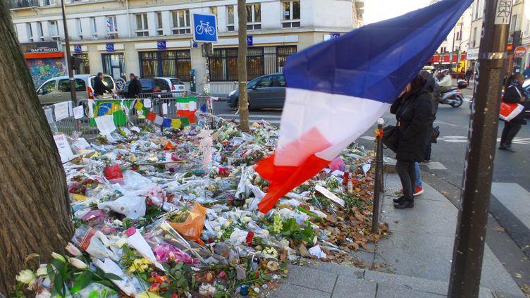 Des fleurs en hommage aux victimes des attentats du 13-Novembre, devant le Bataclan, à Paris, le 28 novembre 2015. (OLIVIER BÉNIS / FRANCE-INTER)
