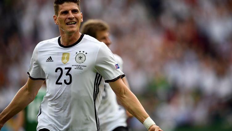L'attaquant allemand Mario Gomez (LIONEL BONAVENTURE / AFP)