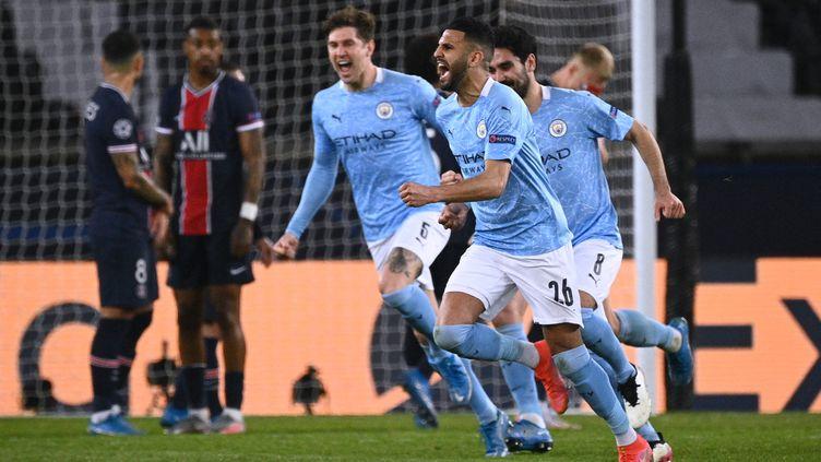 Riyad Mahrez fête le deuxième but de Manchester City. (ANNE-CHRISTINE POUJOULAT / AFP)