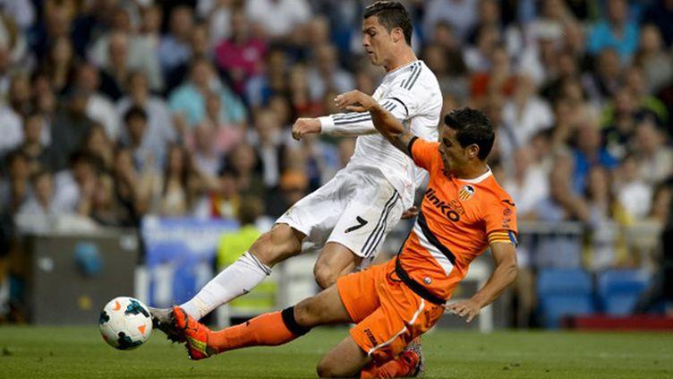 Ricardo Costa (FC Valence) tacle Cristiano Ronaldo (Real Madrid) (DANI POZO / AFP)