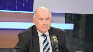 Dominique Bussereau, président du conseil départemental de la Charente-Maritime, invité de franceinfo le 21 février 2017. (JEAN-CHRISTOPHE BOURDILLAT / RADIOFRANCE)