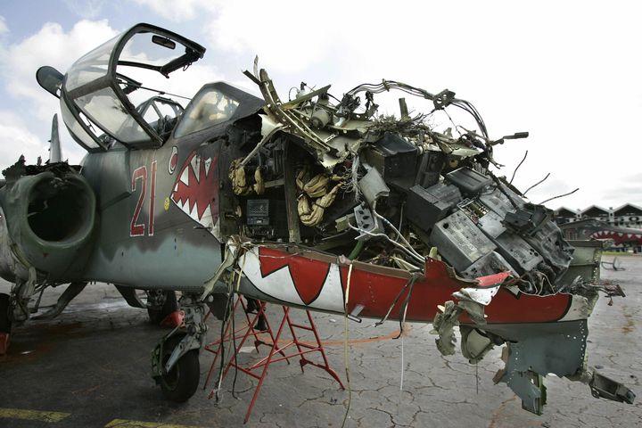 L'un des deux avions russes Sukhoï-25 détruits par l'armée française le 13 novembre 2004 sur l'aéroport de Yamoussoukro (Côte d'Ivoire), une semaine après le bombardement du campde Bouaké (PASCAL GUYOT / AFP)