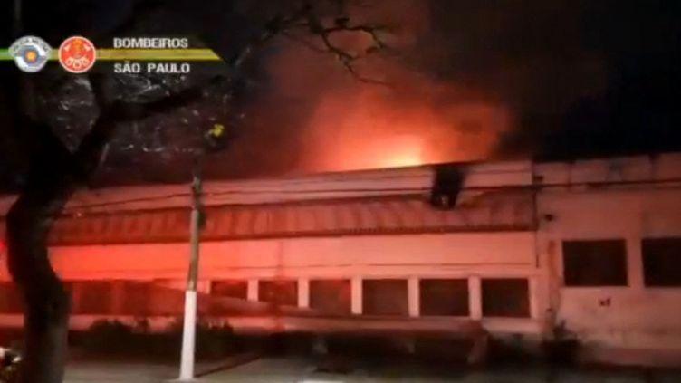 Une image de la vidéo prise par les pompiers de la ville lors de l'incendie de la Cinémathèque de Sao Paulo (SAO PAULO STATE FIRE DEPARTMENT / AFP)