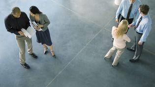 Des salariés parlent ensemble dans un hall d'entreprise. Photo d'illustration. (ERIC AUDRAS / MAXPPP)