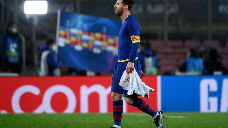 Lionel Messi dépité après la défaite au Camp Nou le 16 février 2021 contre le PSG. (LLUIS GENE / AFP)