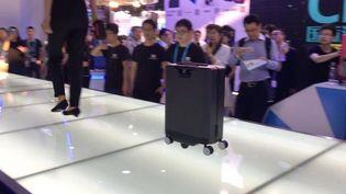 La valise Cowabot suit son maître grâce à une télécommande sans fil présentée au CES de Shanghaï. (RADIO FRANCE / JEROME COLOMBAIN)