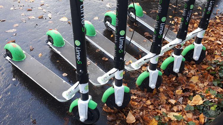 Des trottinettes électriques en libre-service à Paris. (STÉPHANIE BERLU / RADIO FRANCE)