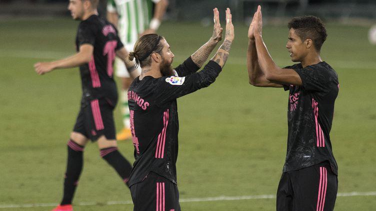 Sergio Ramos et Raphaël Varane fêtent la première victoire de la saison du Real (JORGE GUERRERO / AFP)