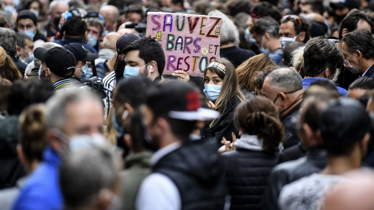 Des manifestants à Marseille protestent contre la décision de fermer les bars et restaurants, le 25 septembre 2020. (NICOLAS TUCAT / AFP)