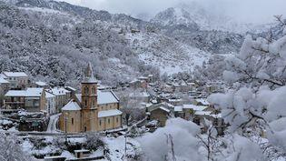 Cette photo prise le 15 janvier 2017 montre le village corse de Vivario couvert de neige. (PASCAL POCHARD-CASABIANCA / AFP)
