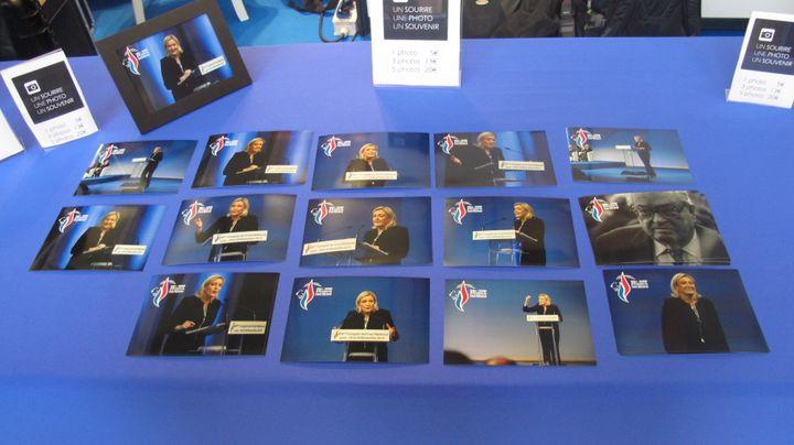 Photos de Marine et Jean-Marie Le Pen vendues au Congrès du FN à Lyon (Rhône), le 29 novembre 2014. (ARIANE NICOLAS / FRANCETV INFO)