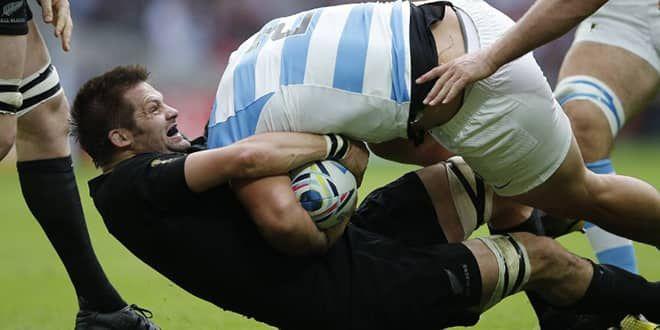 Richie McCaw au plaquage lors du premier match contre les Argentins