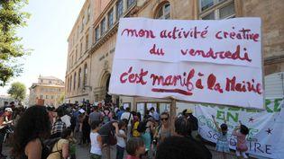700 parents et 300 enfants, selon la police, se sont ensuite groupés devant la mairie de Marseille (Bouches-du-Rhône)contre la mise en place différée des nouveaux rythmes scolaires, le 5 septembre 2014 (BORIS HORVAT / AFP)