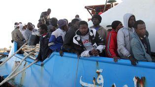 Des migrants arrivent dans le port de Misrata (Libye), le 3 mai 2015. (HAMZA TURKIA / NURPHOTO / AFP)