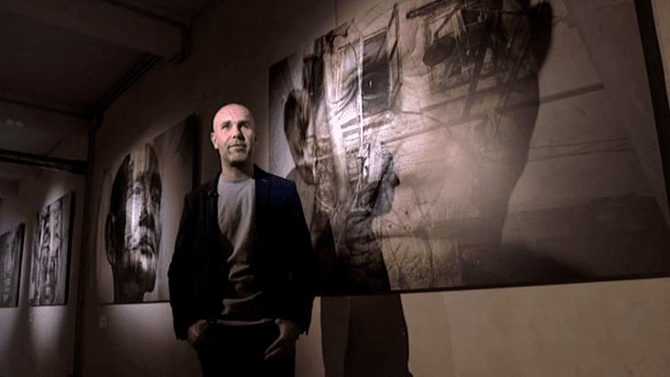 Le photographe Boris Wilensky devant ses oeuvres exposées à Cannes  (Capture d'image France3/Culturebox)