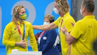 La nouvelle championne olympique du 400m nage libre,Ariarne Titmus, félicitée par son entraîneurDean Boxall, qui avait retrouvé son calme à la cérémonie des médailles, le 26 juillet 2021. (MAXPPP)