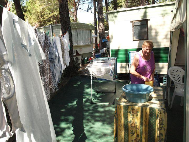 Jeanine connaît ce camping 2 étoiles comme sa poche : cela fait quarante ans qu'elle y vient. (ARIANE NICOLAS / FTVI)
