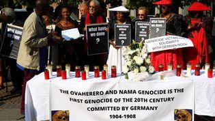 Manifestationen Allemagne, le 29 août 2018, à l'occasion d'une cérémonie pour remettre des restes humains à la Namibie après le génocide des Héréros et des Namas entre 1904 et 1908. (CHRISTIAN MANG / REUTERS)