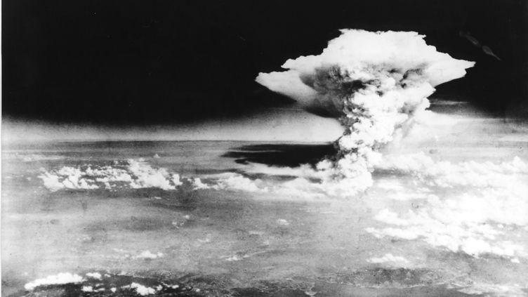 La bombe atomique est larguée sur la ville d'Hiroshima, au Japon, le 6 août 1945. (HIROSHIMA PEACE MEMORIAL MUSEUM / AFP)