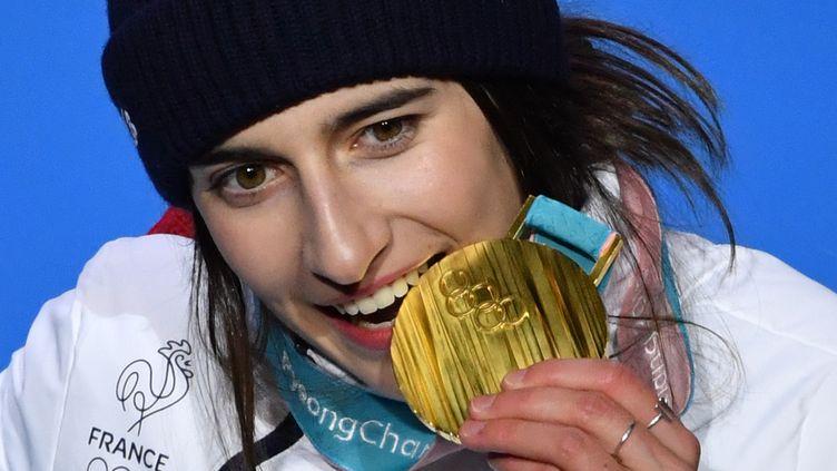 Perrine Laffont mangeuse d'or ! La skieuse française de 19 ans a offert le premier titre olympique au clan tricolore au ski de bosses lundi 12 février. (FABRICE COFFRINI / AFP)