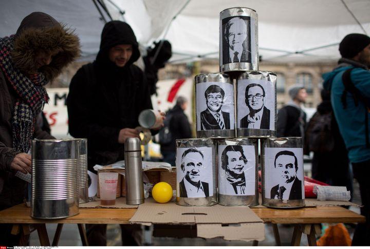 """Un jeu de chamboule-tout à l'effigie de grands patrons, sur le site du rassemblement """"Nuit Debout"""", place de la République à Paris, le 31 mars 2016. (REVELLI-BEAUMONT / SIPA)"""