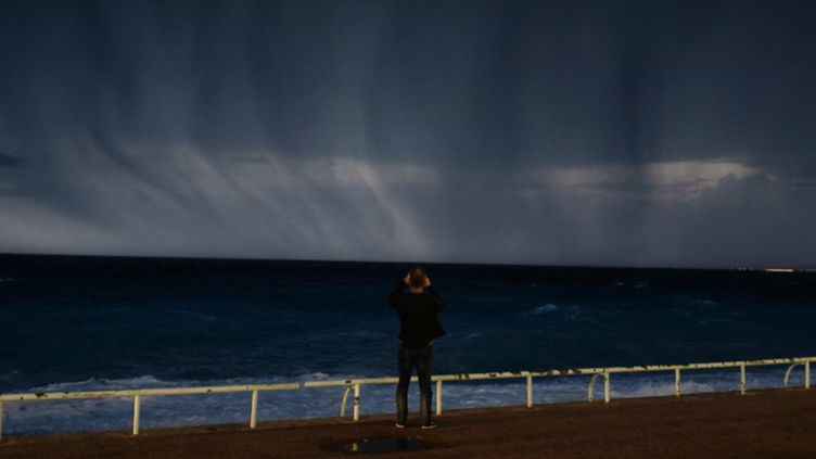 Un homme face à la mer, avant les fortes intempéries survenues mercredi 23 octobre dans le sud de la France. (France 2)