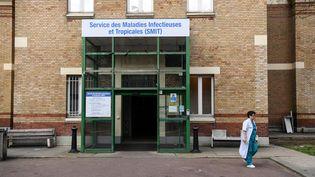 L'entrée du service maladies infectieuses et tropicales de l'hôpital Bichat à Paris, le 25 janvier 2020. (ALAIN JOCARD / AFP)