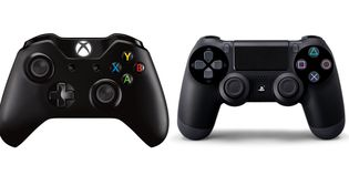 La manette de laXbox One, la nouvelle console de Microsoft (G) et celle de la PlayStation 4, la nouvelle console de Sony. (DR)