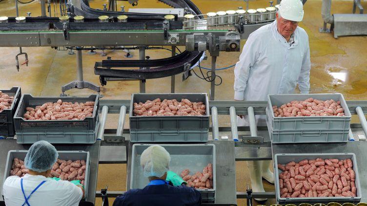 Laurent Spanghero, repreneur de l'ancienne société du même nom devenue La Lauragaise, inspecte la chaîne de production deson entreprise de Castelnaudary (Aude), à l'occasion du redémarrage de l'activité, le 31 juillet 2013. (ERIC CABANIS / AFP)