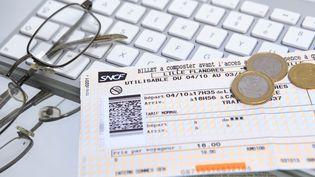 Un billet de train. La SNCF propose pour l'été 2016 d'acheter des billets moins chers à la dernière minute. (PHILIPPE TURPIN / PHOTONONSTOP / AFP)