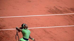 Serena Williams à l'oeuvre sur le Court Philippe-Chatrier lors de sa victoire contre Mihaela Buzarnescu au 2e tour de Roland-Garros mercredi 2 juin. (MARTIN BUREAU / AFP)