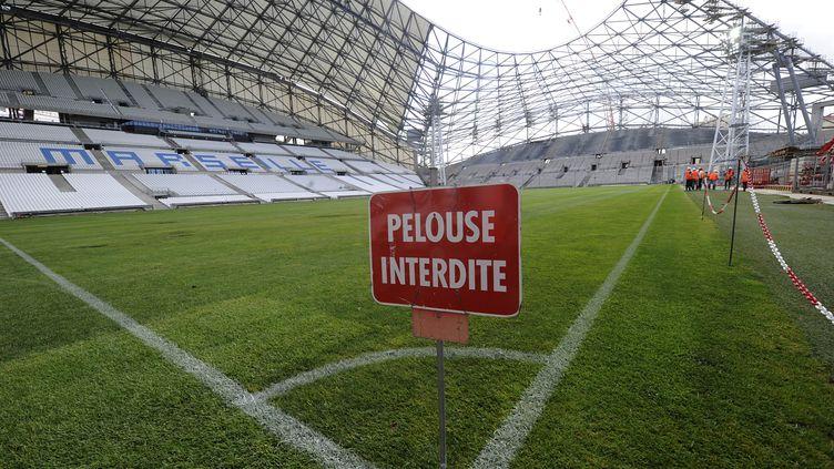La pelouse du stade Vélodrome de Marseille (Bouches-du-Rhône), le 8 août 2013. Les clubs de foot professionnels français ont annoncé une grève contre la taxe à 75% pour le week-end du 30 novembre 2013. (BORIS HORVAT / AFP)