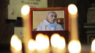 Une photo du père Hamel, assassiné dans l'église de Saint-Etienne-du-Rouvray, est exposéedans une église de Rome (Italie), le 17 août 2016. (MARCO ZEPPETELLA / AFP)