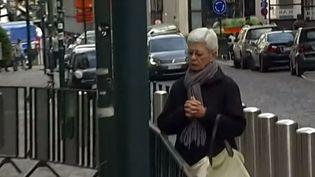 Une femme se recueille sur les lieux de la tuerie de Bruxelles, le 1er juin 2014. (FRANCE 2)