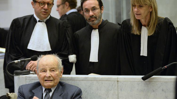 Jacques Servier (en bas à gauche), principal prévenu du procès de l'affaire du Mediator, et ses avocats, au tribunal correctionnel de Nanterre (Hauts-de-Seine), le 21 mai 2013. (LIONEL BONAVENTURE / AFP)