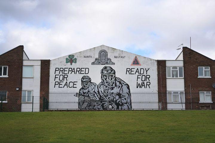 """A Belfast (Irlande du Nord, Royaume-Uni), une fresque loyalistephotographiée le 4 mars 2021 appelle à être""""préparés pour la paix, prêts pour la guerre"""". (CHARLES MCQUILLAN / GETTY IMAGES EUROPE)"""