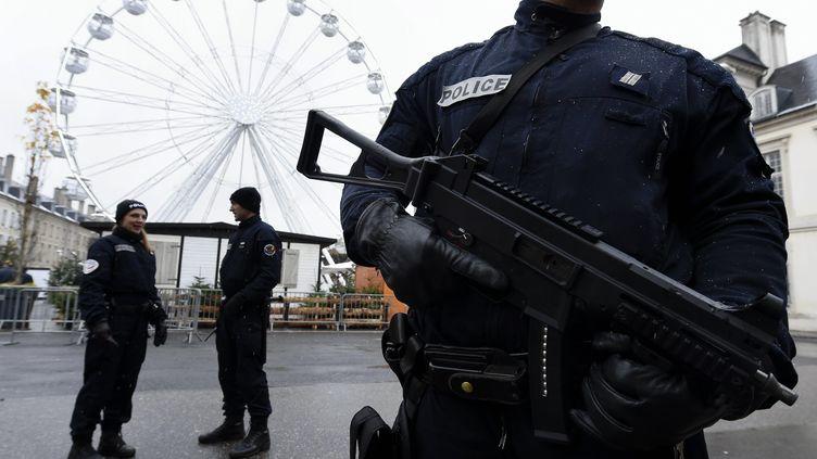 Des policiers sécurisent le marché de Noël de Nancy (Meurthe-et-Moselle), le 1er décembre 2017. (MAXPPP)