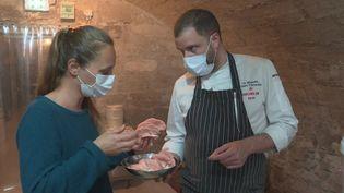 Le chef étoilé Florent Pietravalle récolte des champignons dans la cave de son restaurant d'Avignon (France 3 Provence-Alpes)